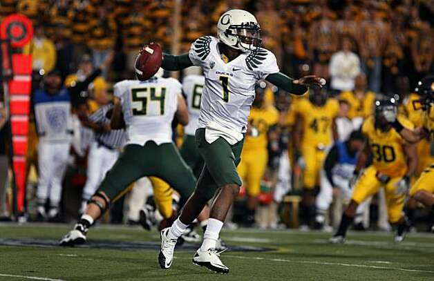 Ducks quarterback Darron Thomas runs right against Cal on Saturday at Memorial Stadium in Berkeley. Photo: Lance Iversen, The Chronicle