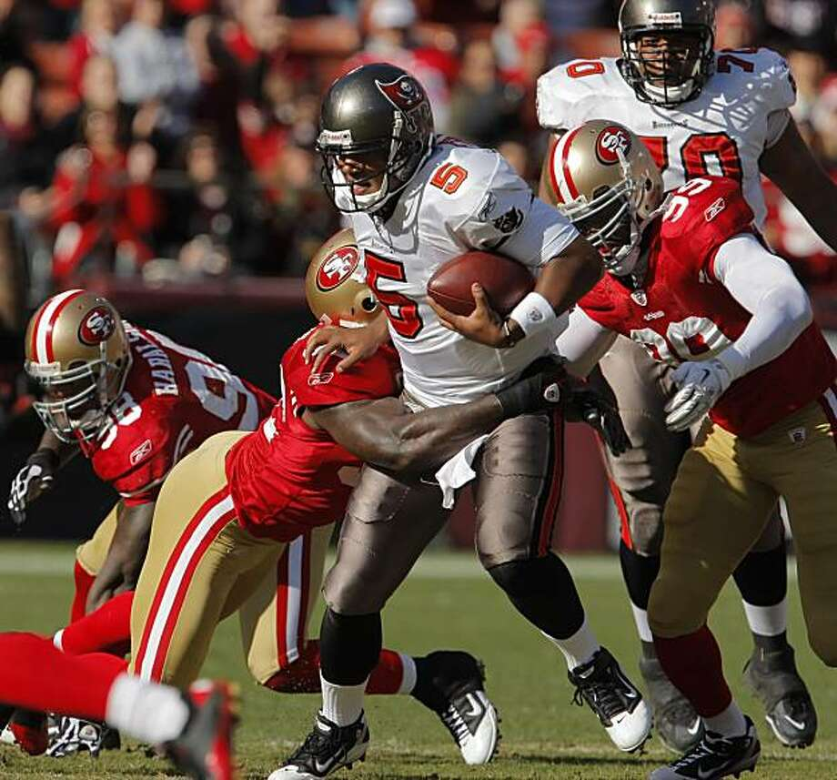 Patrick Willis sacks Josh Freeman in the first quarter at Candlestick Park in San Francisco, Calif., on Sunday. Photo: Carlos Avila Gonzalez, The Chronicle
