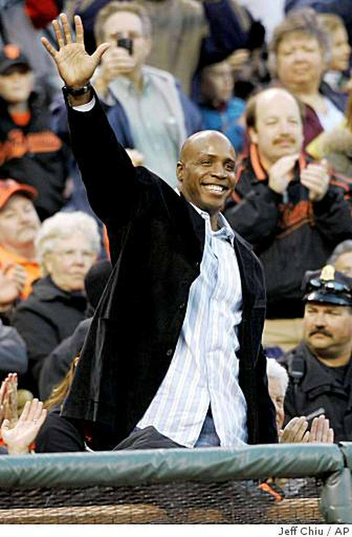 Former San Francisco Giants left fielder Barry Bonds waves as he is introduced as the Giants play the Los Angeles Dodgers in the second inning of a baseball game in San Francisco, Monday, April 27, 2009. (AP Photo/Jeff Chiu)