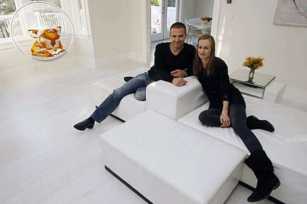 Scott and Bea Johnson sit on the couch inside their home in Mill Valley Calif. Photo: Washburn, Alex, The Chronicle