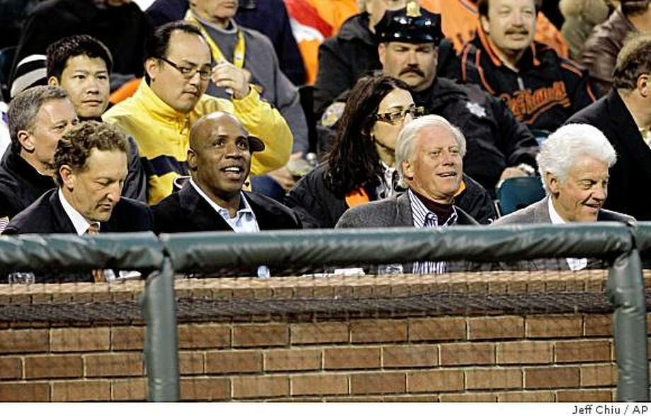 Former San Francisco Giants left fielder Barry Bonds, second from left, watches as the Giants play the Los Angeles Dodgers with Larry Baer, left, the Giants' executive vice president and chief operating officer; Peter Magowan, second from right, former Giants owner and managing general partner, and Bill Neukom, the Giants' managing general partner, in the third inning of a baseball game in San Francisco, Monday, April 27, 2009. (AP Photo/Jeff Chiu) Photo: Jeff Chiu, AP