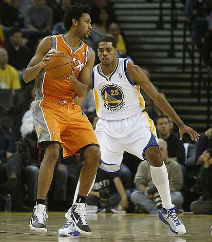 Golden State Warriors vs. Phoenix Suns.   Phoenix Suns guard Josh Childress looking to pass as Warriors forward Stephen Curry blocks  during the second half of the game as the Phoenix Suns take the lead at the Oracle arena in Oakland, Calif., on Thursday, December 2, 2010. Photo: Liz Hafalia, The Chronicle