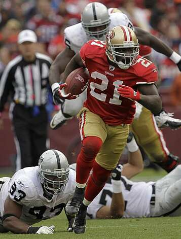 San Francisco 49ers running back Frank Gore (21) runs against the Oakland Raiders in the fourth quarter of an NFL football game in San Francisco, Sunday, Oct. 17, 2010. Photo: Marcio Jose Sanchez, AP