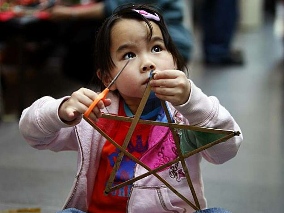 Five-year-old Victoria Lau of Daly City makes her first parol at a workshop on how to make the traditional filipino Christmas lanterns at the Asian Art Museum in San Francisco, Calif. on Saturday, Dec. 1, 2007. Photo: Paul Chinn, The Chronicle