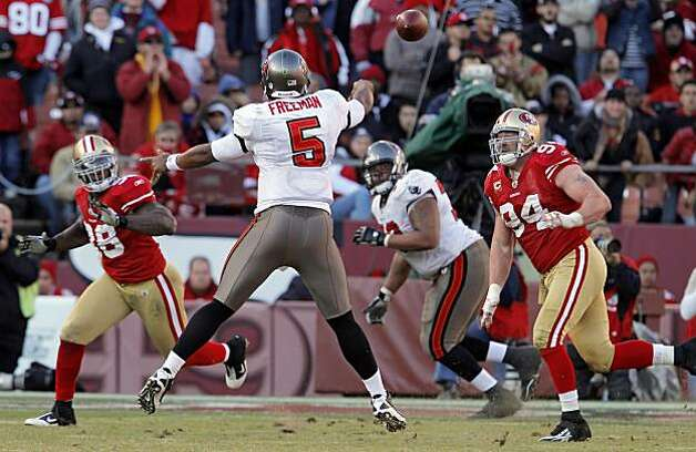 Tampa Bay's Josh Freeman throws to Donald Penn in the fourth quarter for a touchdown at Candlestick Park in San Francisco on Sunday. Photo: Carlos Avila Gonzalez, The Chronicle