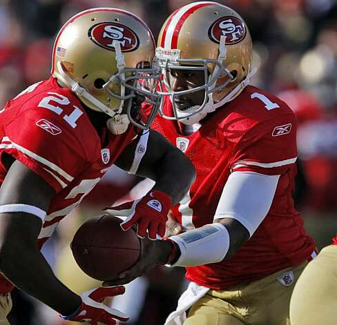 Troy Smith hands the ball to Frank Gore in the first quarter against the Tampa Bay Buccaneers at Candlestick Park in San Francisco on Sunday. Photo: Carlos Avila Gonzalez, The Chronicle