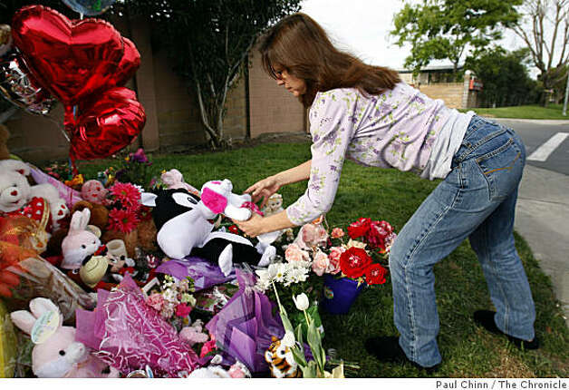 Wendy Edwards leaves two stuffed toys at a memorial for Sandra Cantu in front of the Orchard Estates mobile home park in Tracy, Calif., on Tuesday, April 7, 2009. Photo: Paul Chinn, The Chronicle