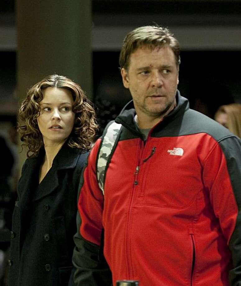 Lara Brennan (Elizabeth Banks) and John Brennan (Russell Crowe) in THE NEXT THREE DAYS. Photo: Phil Caruso, Lionsgate