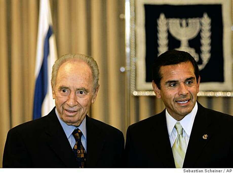 Israel's President Shimon Peres, left, meets with Los Angeles Mayor Antonio Villaraigosa in his residence in Jerusalem, Sunday, June 15, 2008. Villaraigosa is on an official visit to Israel. (AP Photo/Sebastian Scheiner) Photo: Sebastian Scheiner, AP