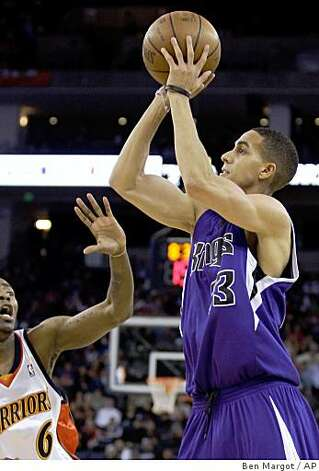 Sacramento Kings' Kevin Martin, right, shoots over Golden State Warriors' Jamal Crawford during the first half. Photo: Ben Margot, AP