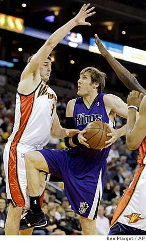 Sacramento Kings' Andres Nocioni, of Argentina, right, goes up for a shot against Golden State Warriors' Rob Kurz during the first half. Photo: Ben Margot, AP