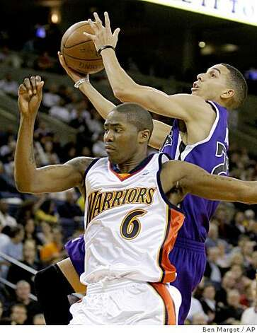Sacramento Kings' Kevin Martin shoots behind Golden State Warriors' Jamal Crawford (6) during the first half. Photo: Ben Margot, AP