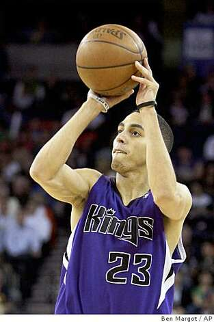 Sacramento Kings' Kevin Martin shoots against the Golden State Warriors during the second half. Photo: Ben Margot, AP
