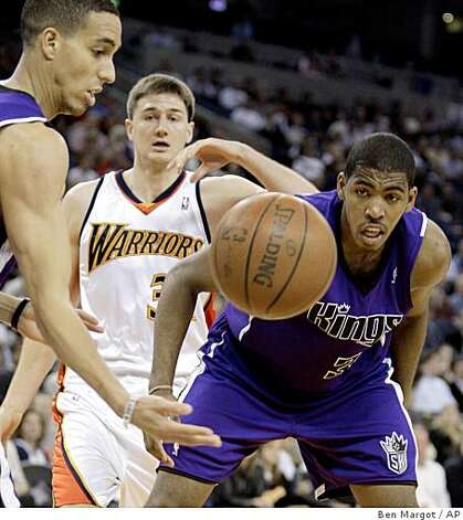 Sacramento Kings' Kevin Martin, left, and Jason Thompson, right, and Golden State Warriors' Rob Kurz, center, eye a loose ball during the first half of an NBA basketball game Wednesday, April 1, 2009, in Oakland. Photo: Ben Margot, AP