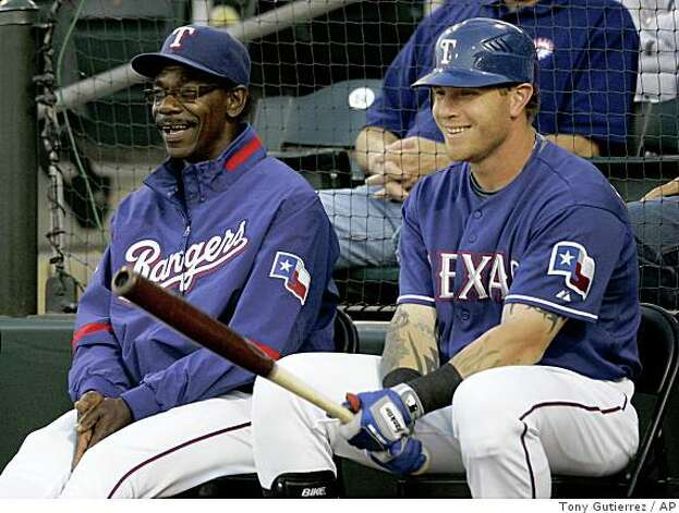 Texas Rangers manager Ron Washington, left, and Josh Hamilton, right, laugh as Hamilton waits for his at-bat during a spring training baseball game against the Arizona Diamondbacks in Surprise, Ariz., Wednesday, March 25, 2009. (AP Photo/Tony Gutierrez) Photo: Tony Gutierrez, AP