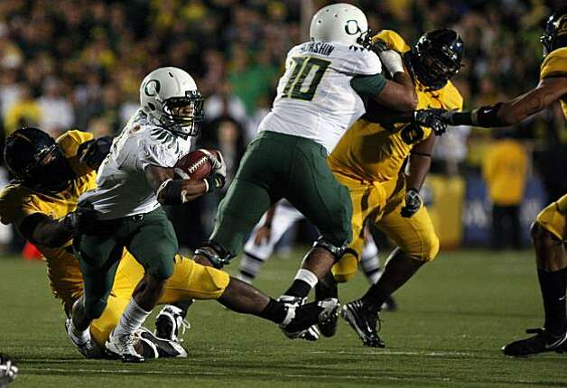 Oregon's LaMichael James helps the Ducks to a win by grinding out a late fourth quarter drive, winding down the clock Saturday at Memorial Stadium. Photo: Lance Iversen, The Chronicle