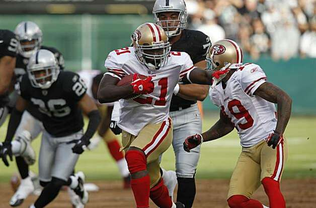 San Francisco's Frank Gore on a 49-yard run in the first quarter against the Raiders on Saturday in Oakland. Photo: Paul Chinn, The Chronicle