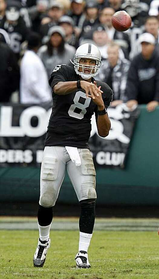 Jason Campbell completes a short pass in the second half against the Kansas City Chiefs in Oakland on Sunday. Photo: Brant Ward, The Chronicle