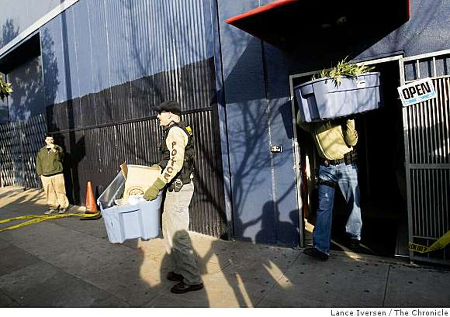 Federal agents raided Emmalyn's Collective Cooperative pot club in San Francisco on Howard Street, Wednesday, March 25, 2009 removing dozens of plants and equipment. Photo: Lance Iversen, The Chronicle