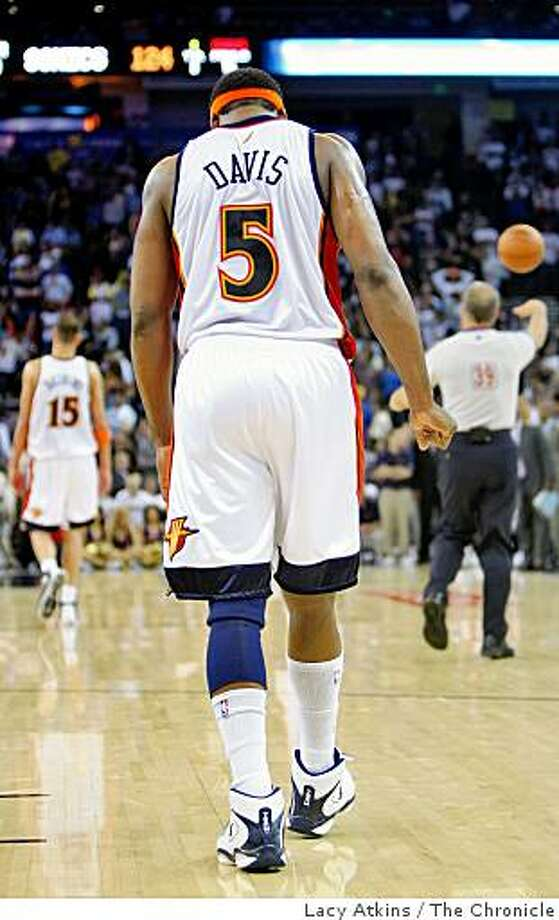 Golden State Warriors Baron Davis bows his head as he walks off the floor in the last game of the season against the Seattle Sonics, Wednesday April 16, 2008, in Oakland, Calif. Lacy Atkins / San Francisco Chronicle Photo: Lacy Atkins, The Chronicle