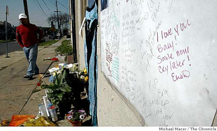 The memorial for the assailant, Lovelle Mixon, grows outside the apartment building in Oakland, Calif.,on Tuesday March 24, 2009, after the killing 4 Oakland police officers last Saturday near MacArthur Blvd. and 74th Ave. The city of Oakland prepares for a vigil this evening to honor the fallen officers. Photo: Michael Macor, The Chronicle