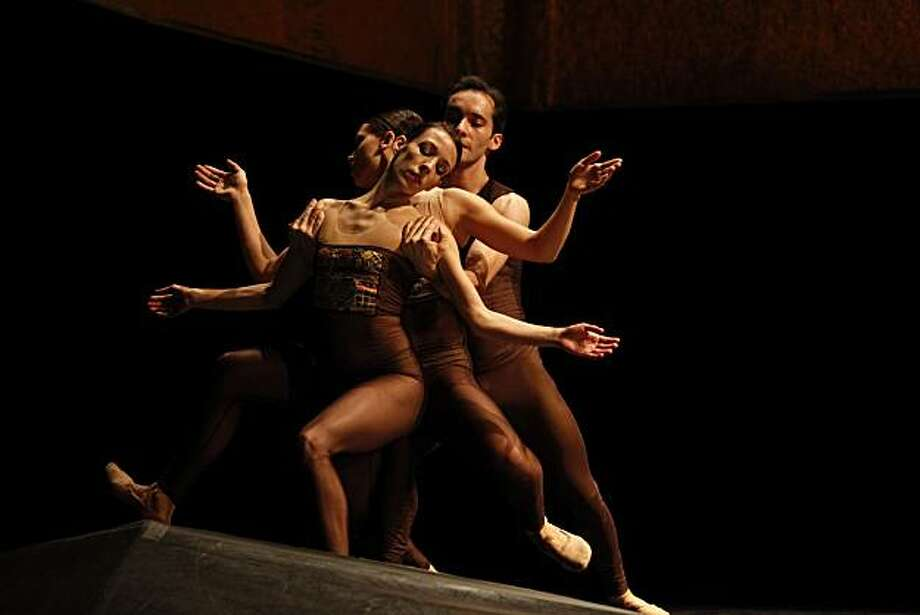 Pictured: Ana Lopez, Jacqueline Burnett and Pablo Piantino of Hubbard Street Dance Chicago perform Nacho Duato's Arcangelo. The company comes to Cal Performances October 29 - 30, 2010.   PHOTO: Todd Rosenberg Photo: Todd Rosenberg, Todd Rosenberg Photography