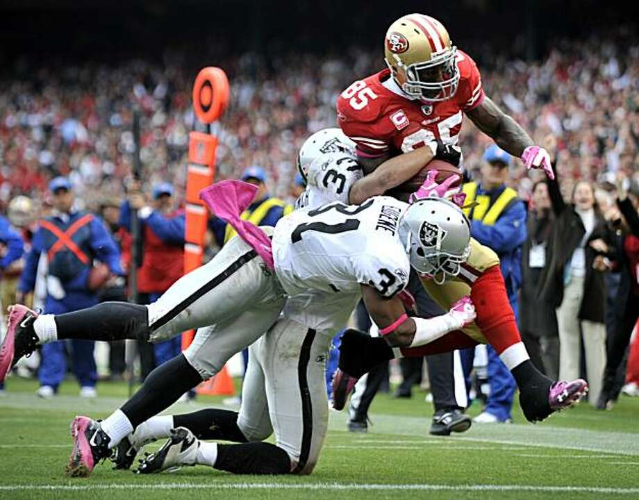 Vernon Davis breaks through to score the 49ers' second touchdown of the day against the Oakland Raiders at Candlestick Park on Sunday. Photo: Chad Ziemendorf, The Chronicle