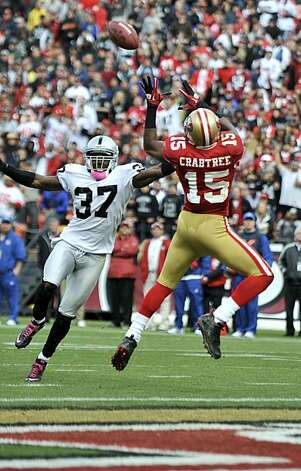 Michael Crabtree makes the catch to give the 49ers their first touchdown against the Oakland Raiders at Candlestick Park on Sunday. Photo: Chad Ziemendorf, The Chronicle