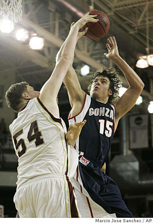 Gonzaga's Matt Bouldin, right, goes up for a shot as Santa Clara's John Bryant, left, defends in the first half of a game in Santa Clara, Calif., Thursday, Feb. 26, 2009. Photo: Marcio Jose Sanchez, AP