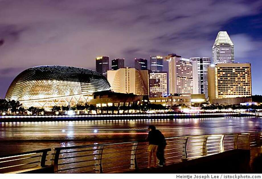 Singapore at night Photo: Heintje Joseph Lee, Istockphoto.com