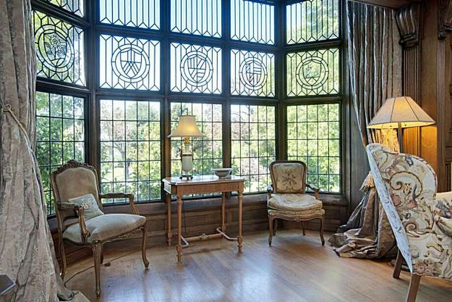 A large bay window allows ample natural light into the living room. Photo: Thomas Grubba, Thomas Grubba Photography