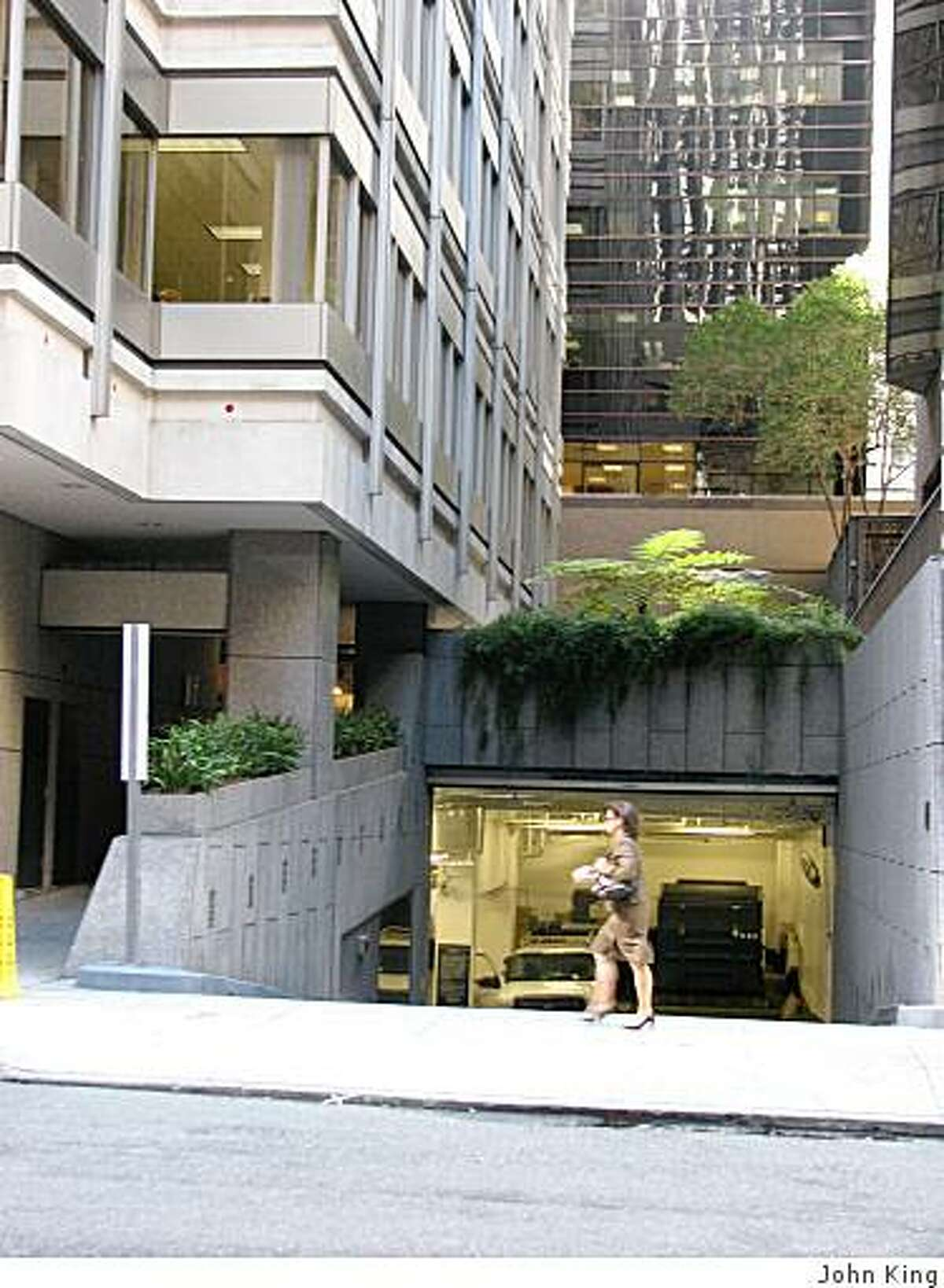 This small plaza behind the 100 Pine office tower is one of the urbane nooks of San Francisco's financial district. This photo shows the entrance from Front Street.