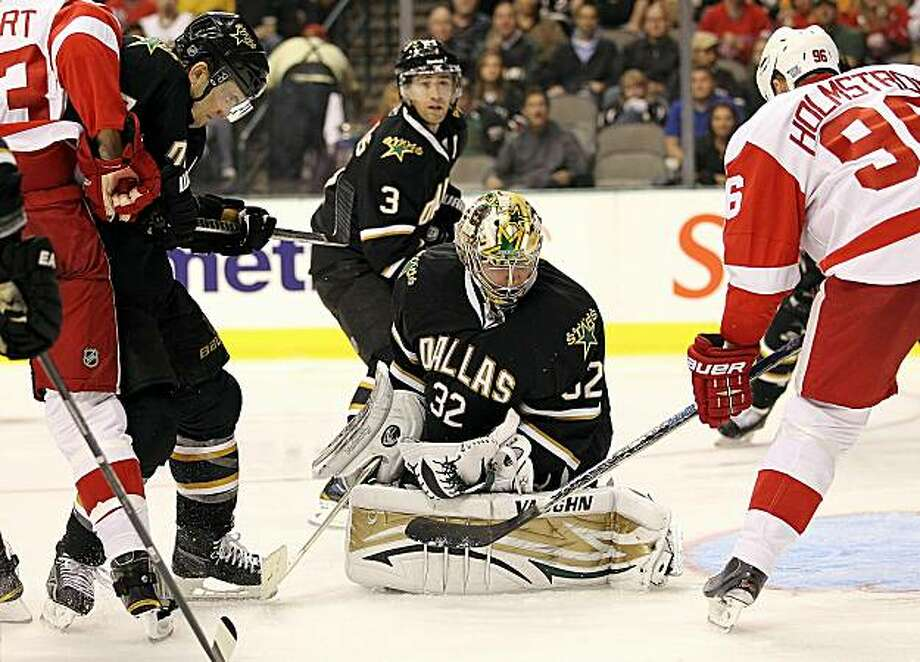 DALLAS - OCTOBER 14:  Goaltender Kari Lehtonen #32 of the Dallas Stars makes a save in front of Tomas Holmstrom #96 of the Detroit Red Wings at American Airlines Center on October 14, 2010 in Dallas, Texas. Photo: Ronald Martinez, Getty Images