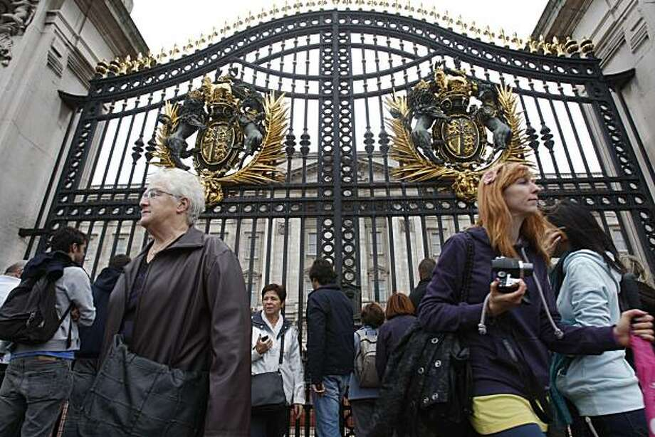 Tourists gathered outside Buckingham Palace in London, Sunday, Oct. 3, 2010. The U.S. government has warned its citizens to be vigilant while traveling in Europe because of the threat of an al-Qaeda commando-style attack, in a new travel advisory. The state department advised nationals to take care while in tourist areas. Photo: Sang Tan, AP