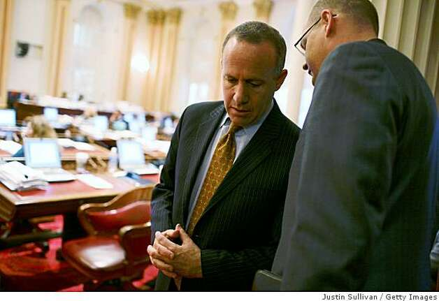 SACRAMENTO, CA - FEBRUARY 17:  California Senate President pro Tem Darrell Steinberg (L) talks with an advisor during a session of the California State Senate February 17, 2009 in Sacramento, California. Photo: Justin Sullivan, Getty Images
