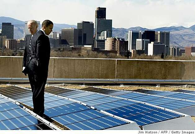 US President Barack Obama (C) and Vice President Joe Biden (L) look at solar panels as they tour the solar array at the Denver Museum of Nature and Science in Denver, Colorado, February 17, 2009 Namaste Solar CEO Blake Jones. Photo: Jim Watson, AFP / Getty Images