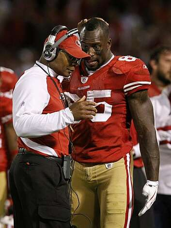 Head coach Mike Singletary meets with tight end Vernon Davis on the sideline during the fourth quarter of the San Francisco 49ers and New Orleans Saints NFL football game at Candlestick Park in San Francisco, Calif., on Monday, Sept. 20, 2010. Photo: Paul Chinn, The Chronicle