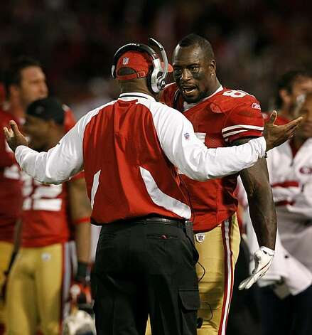 Tight end Vernon Davis converses with head coach Mike Singletary during the fourth quarter of the San Francisco 49ers and New Orleans Saints NFL football game at Candlestick Park in San Francisco, Calif., on Monday, Sept. 20, 2010. Photo: Paul Chinn, The Chronicle