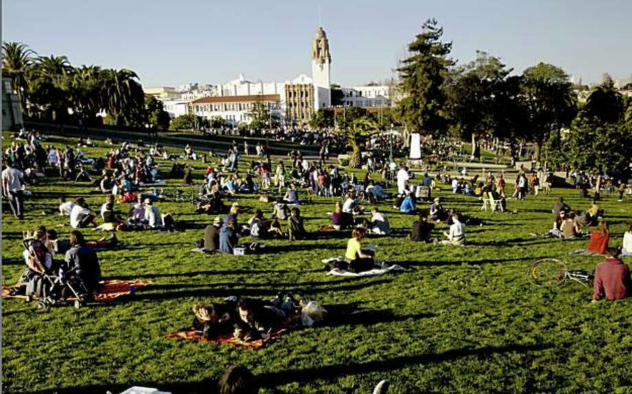 Hundreds spend Saturday afternoon, Jan. 31, 2009 in Mission Dolores Park in San Francisco, Calif., enjoying unseasonably warm temperatures. Photo: Kim Komenich, The Chronicle