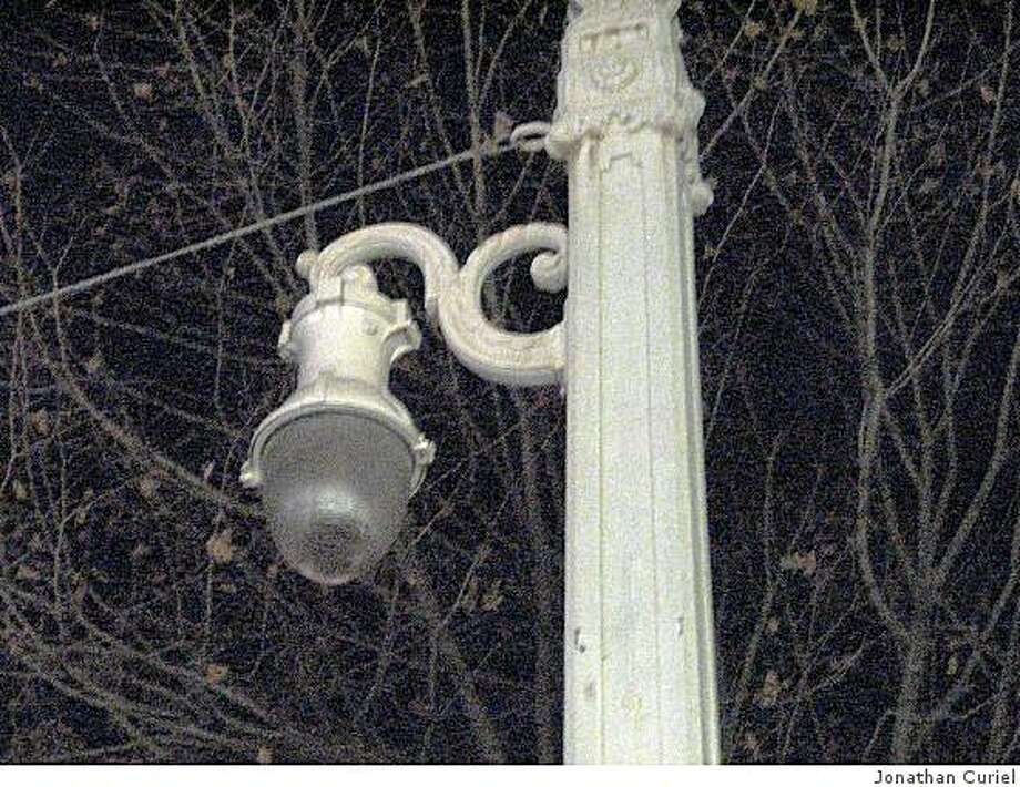 An out-of-work light on Van Ness Avenue Photo: Jonathan Curiel
