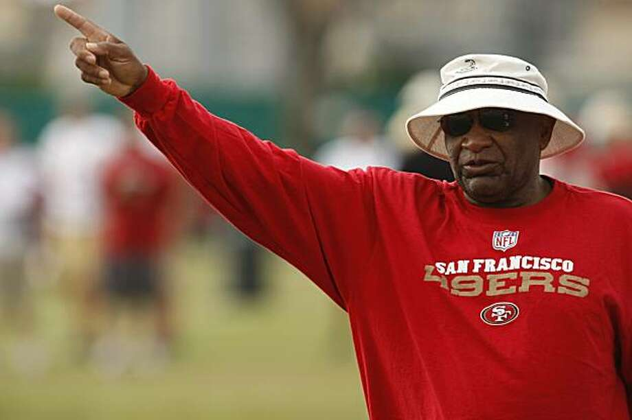 San Francisco 49ers Offensive Coordinator Jimmy Raye instructs his team during NFL football training camp in Santa Clara, Calif., Wednesday, Aug. 5, 2009.  (AP Photo/Marcio Jose Sanchez) Photo: Marcio Jose Sanchez, AP