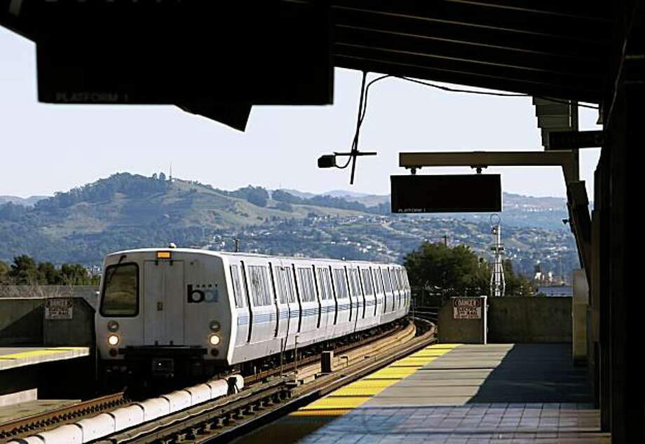 A train heading for San Francisco pulls into the Fruitvale BART station in Oakland on Thursday, Jan. 29, 2009. Photo: Paul Chinn, The Chronicle