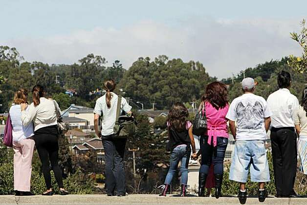 Spectators line up on San Bruno Avenue on Sunday to see the wreckage of a gas pipe blast that destroyed part of the Glenview area Thursday. Photo: Carlos Avila Gonzalez, The Chronicle