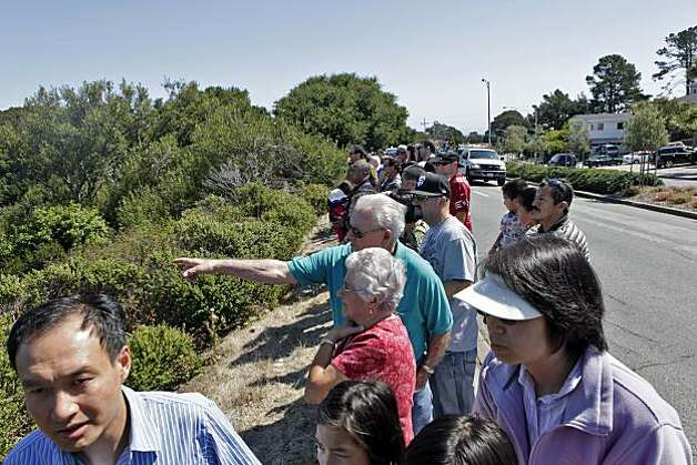 Spectators line up on San Bruno Avenue on Sunday to look at the wreckage of the gas pipeline blast. Photo: Carlos Avila Gonzalez, The Chronicle