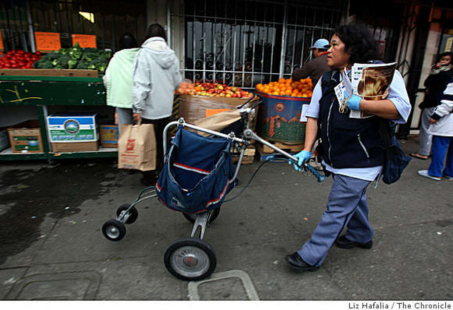 Imelda Mancia, technician carrier for the U.S. postal service, delivering mail on the 4900 block of Mission St. in San Francisco, Calif., on Wednesday, January 21, 2009. Photo: Liz Hafalia, The Chronicle