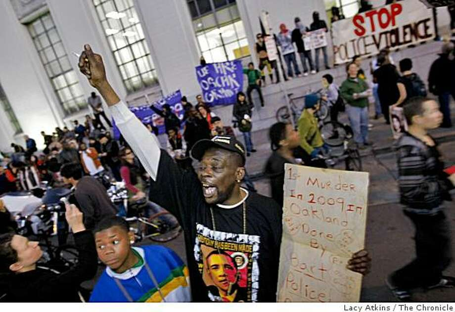 Gregory Nash yells as he protests the shooting of Oscar Grant after marching from the Civic Center to the Superior Court Building, Wed. Jan. 14, 2009, in Oakland, Calif. Photo: Lacy Atkins, The Chronicle