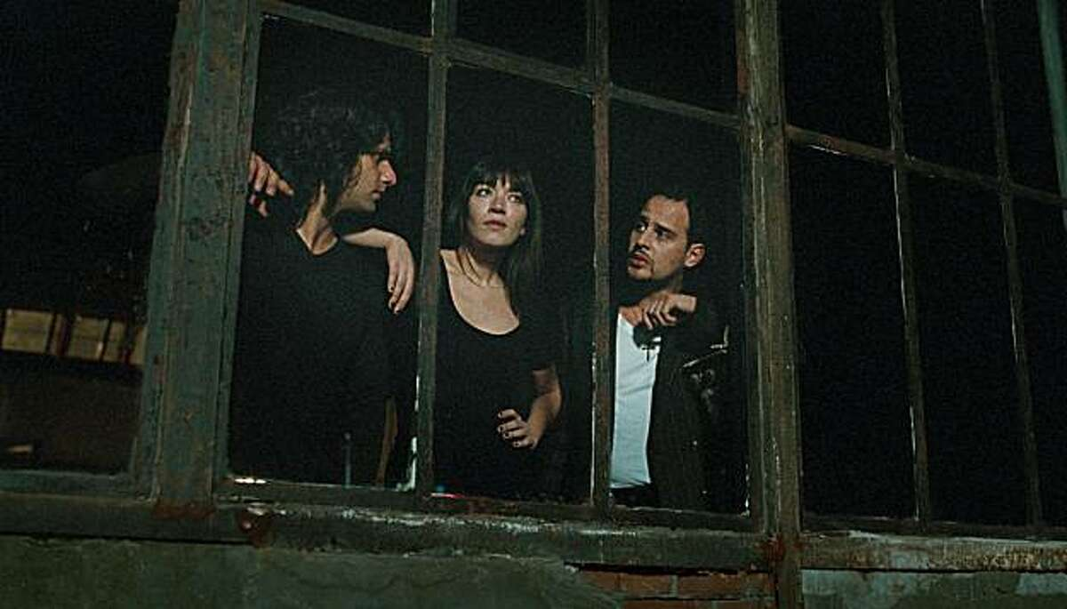 Adam Bousdoukos as Zinos, Anna Bederke as Lucia and Moritz Bleibtreu as Illias in SOUL KITCHEN directed by Fatih Akin (from left to right)