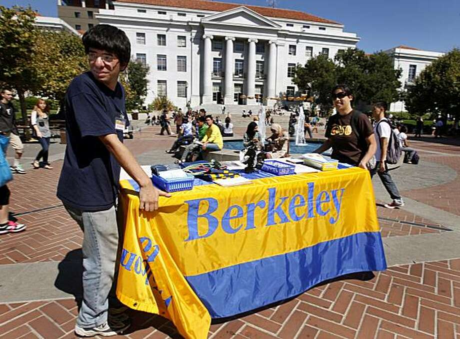 Gabe Fierro and Kimberly Chen carry a table across Sproul Plaza on the first day of classes at Cal in Berkeley, Calif. on Thursday, Aug. 26, 2010. Fierro and Chen were staffing the table at the annual Calapalooza fair. Photo: Paul Chinn, The Chronicle