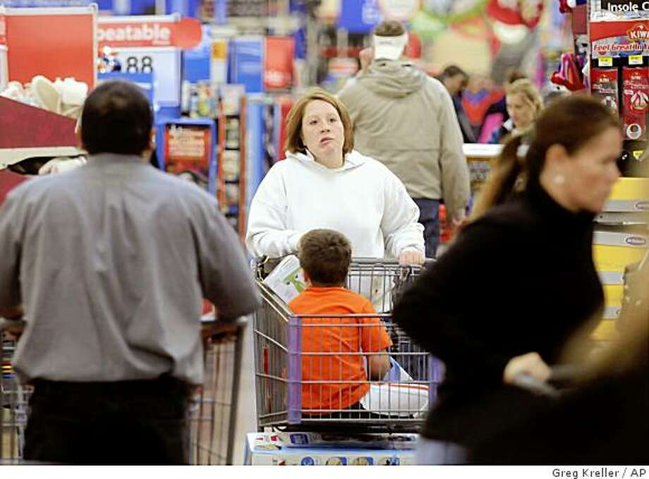 Rachelle Transtrum pushes her cart around the Nampa Franklin Road Wal-Mart as she navigates through the large crowds Friday, Nov. 28, 2008, in Nampa, Idaho (AP Photo/Idaho Press-Tribune, Greg Kreller) Photo: Greg Kreller, AP