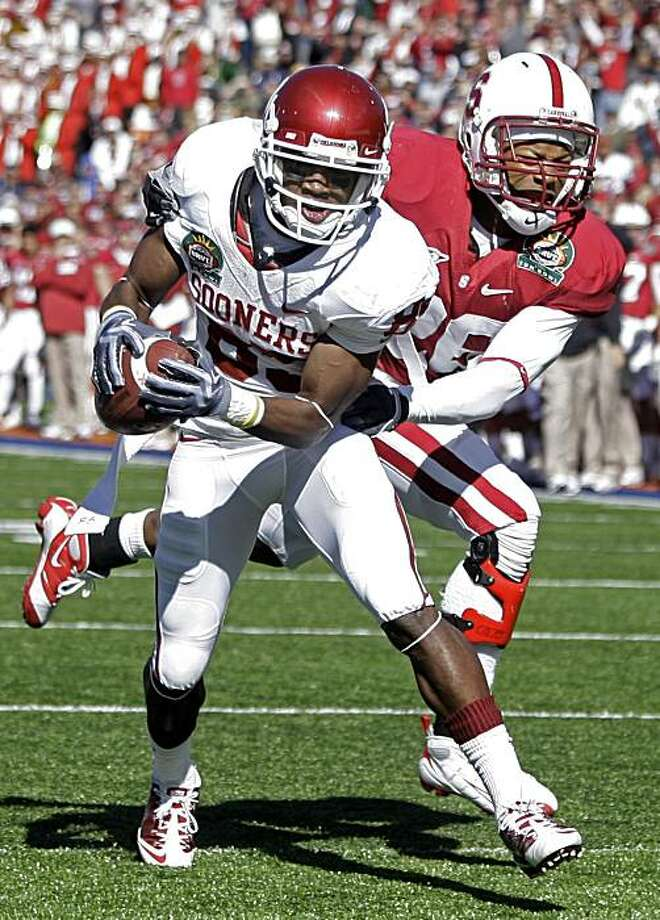 Oklahoma wide receiver Ryan Broyles (85) scores a touchdown as Stanford safety Delano Howell (26) defends during the first half of the Sun Bowl NCAA colllege football game in El Paso, Texas, Thursday, Dec. 31, 2009.  (AP Photo/LM Otero) Photo: LM Otero, AP